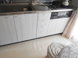 キッチンリフォーム 白色のシートで明るい雰囲気になったキッチン扉