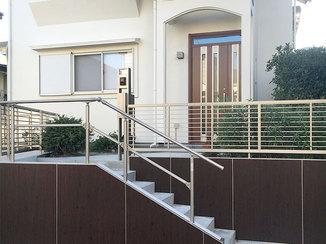エクステリアリフォーム 階段の高さを揃える事で老後も使いやすく、断熱ドアで寒さが軽減した玄関廻り