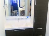 洗面リフォームグリーンで爽やかになった浴室窓とシックな洗面台