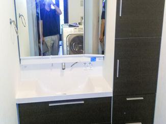 洗面リフォーム グリーンで爽やかになった浴室窓とシックな洗面台